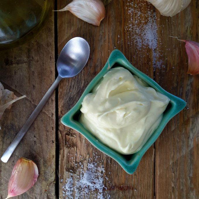 Alioli: ajo y aceite para paella y patatas bravas. Se suele llevar 30 minutos en preparar, esta versión esta lista en 3 minutos. Como no lleva huevo, es apto para vegetarianos y veganos!