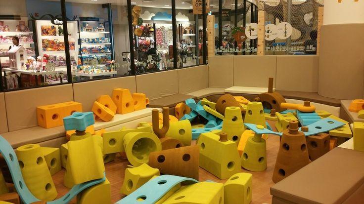 디큐브시티가 현대백화점에 인수되면서 기존 뽀로로파크가 없어지고 4층에 키즈카페 <애플키즈클럽>...