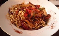 Ricetta noodles con pollo, verdure caramellate e ananas