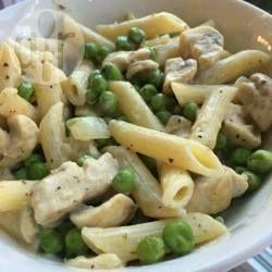 Een lekker pastagerecht dat jong en oud lekker vindt! Stukjes kip worden extra mals als je ze eerst met wat bloem bestrooit, en daardoor bindt de saus ook wat beter.
