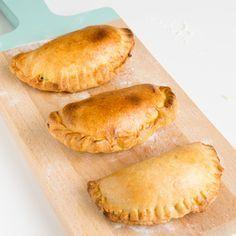 Es gibt viele verschiedene Arten, Empanadas zu zubereiten. Vor allem gibt es zwei verschiedene Sorten Teig: aus Maismehl oder aus Weizenmehl. Es gibt aber auch Empanadas aus Kochbananen- oder Maniok- Teig. Heute will ich dir zeigen, wie du das Grundrezept für die Empanadas aus Weizenmehlteig zubereitest. Ich mache einen sehr einfachen Teig mit wenigen Zutaten.Weiter lesen …
