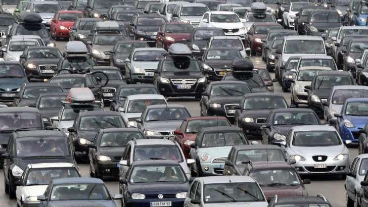 """Il va falloir s'armer de patience, ce dimanche, sur les routes de France. Avec le retour du week-end de l'Ascension, la journée a en effet été classée """"rouge"""" sur l'ensemble du pays et même """"noire"""" dans le Grand-Ouest et le Nord. >> Suivez vos conditions de trafic en temps réel sur BFMTV.com Dimanche, les grandes métropoles seront difficiles d'accès entre 12 et 21 heures. L'organisme de prévision de la circulation routière recommande des d..."""