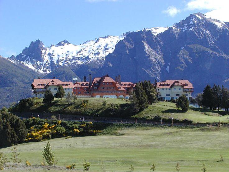 se encuentra a las orillas del Lago Nahuel Huapi y en el centro de el Parque Nacional Nahuel Huapi fue el primer parque en la Republica Argentina el cual fue creado en 1934.
