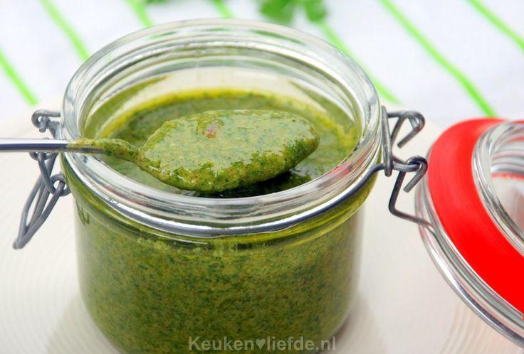Salsa verde is een smaakvolle groene kruidensaus die je kunt gebruiken als marinade, maar ook heerlijk smaakt als dip bij gegrilde vis- of vleesgerechten.