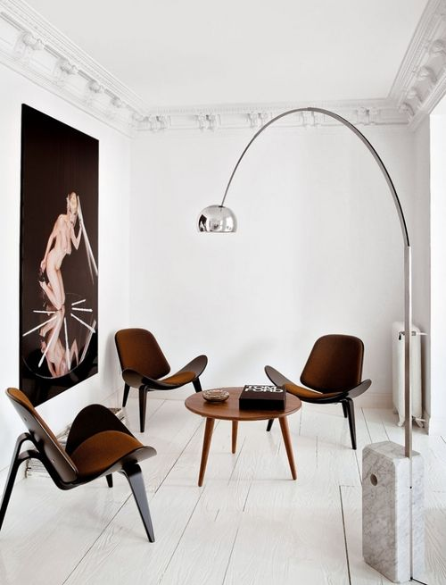 awesome gallery-esq room. The shell chairs look fantastic against the white backdrop and the arco lamp never looked so good