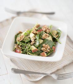 Spinaziesalade, heerlijk, makkelijk en gezond met slechts 4 ingrediënten . Deze Spinaziesalade geeft je lichaam een boost