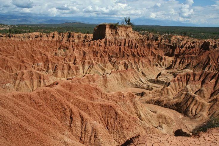 """se encuentra ubicado cerca de la ciudad de Neiva, con una notable historia precolombina entre la que se cuenta haber sido parte del camino del Inca y en donde la población indígena sigue siendo fuerte y predominante. Hay diferentes zonas y senderos para hacer trekking en este desierto. La zona norte llamada Los Hoyos, el Valle de los Fantasmas y la zona sur, Cuzco que tiene un color rojizo y largos laberintos esculpidos naturalmente llamdos """"cárcavas"""" grandes socabones producidos por la…"""