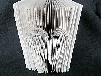 Knutselwerkje Boekkunst 7 - Diverse tips voor boekkunst van knutselidee.nl - In dit geval negatief boek vouwen!
