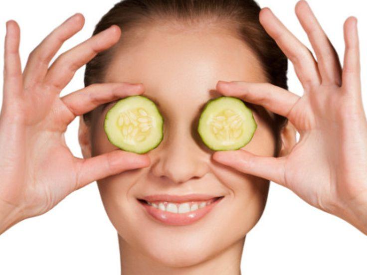 Um müde Augen zu bekämpfen, helfen nur Concealer und Cremes? Nicht unbedingt! Zahlreiche Hausmittel versprechen ebenfalls Abhilfe. Doch welche dieser Tipps sind wirklich wirksam?