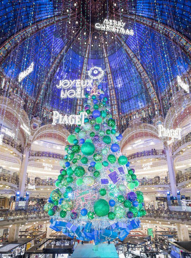 a342271a Les 4 plus beaux sapins de Noël des grands magasins à travers le monde |  Vogue