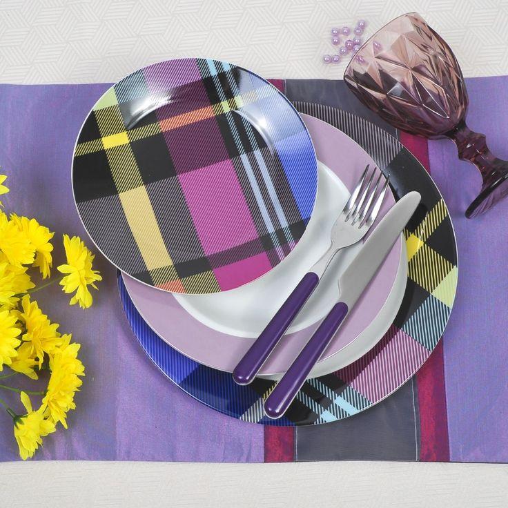 Καθηλώνει με τα υπέροχα χρώματα. Μωβ το αγαπημένο χρώμα σε όλες του τις αποχρώσεις. Το σετ περιλαμβάνει: : 6 πιάτα ρηχά, 6 βαθιά , 6 φρούτου, 1 πιατέλα ,1σαλατιέρα, 6 ποτήρια του κρασιού με πόδι, και 6 μαχαίρια και 6 πιρούνια φαγητού από την Kitchen Craft με μωβ λαβή και inox 18/10 το υπόλοιπο μέρος.
