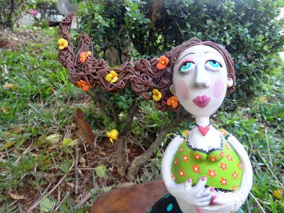 Bonecas de cabaça, estruturada em arame e papel marche produzidas manualmente pela artista Roberta Caldeira. R$ 157,00