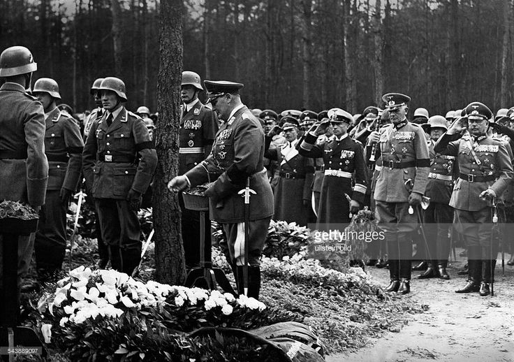 Wever, Walter - Officer, Germany*11.11.1887-+Funeral in Kleinmachnow: at the grave: Reichminister Hermann Goering, in the background: General Werner von Blomberg and Colonel-General Werner von Fritsch - Photographer: Heinz Fremke- Published by: 'Berliner Montagspost' Vintage property of ullstein bild
