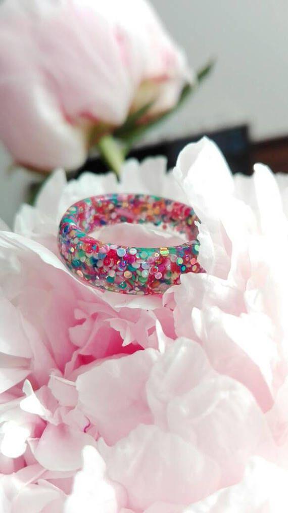 De mystieke ring heet Fancy it is, een gave ring gevuld met vele gekleurde glitters.  Er zijn verschillende maten, dit kun je aangeven bij het bestellen.  Je kunt zelf je ringmaat opmeten, meet de omtrek van je vinger (met bijv. een meetlint) Of je meet de opening van een bestaande ring die goed zit.  Elke ring wordt met de hand gemaakt, daardoor zullen er ook kleine verschillen tussen de ringen zijn. Het kan zijn dat de ring niet op voorraad is, dan maak ik deze speciaal voor jou. Hierdoor…