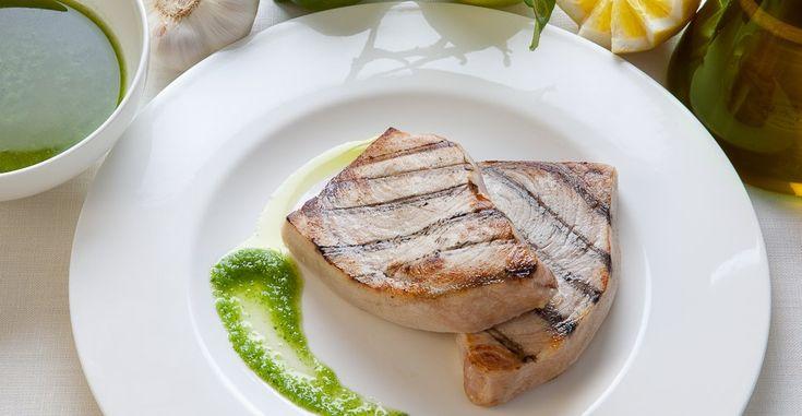 Dell'ottimo pesce spada cotto alla griglia, per mantenere appieno tutto il tuo sapore e le sue proprietà, accompagnato da una gustosa salsina.