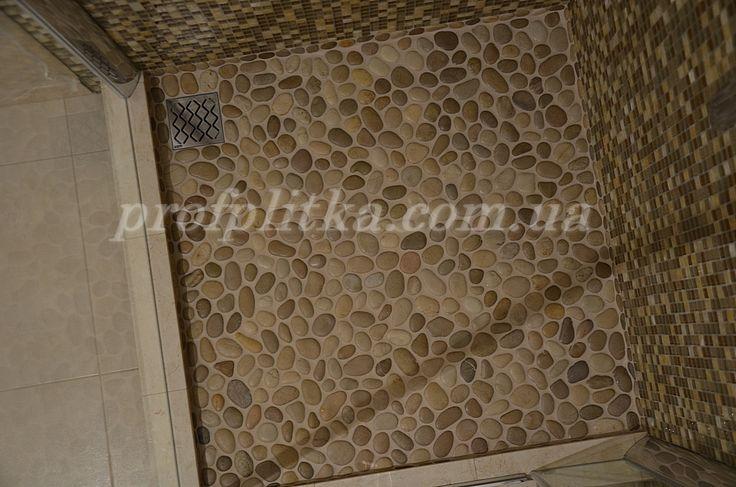 готовый поддон из гальки, стены - мозаика из оникса и стекла