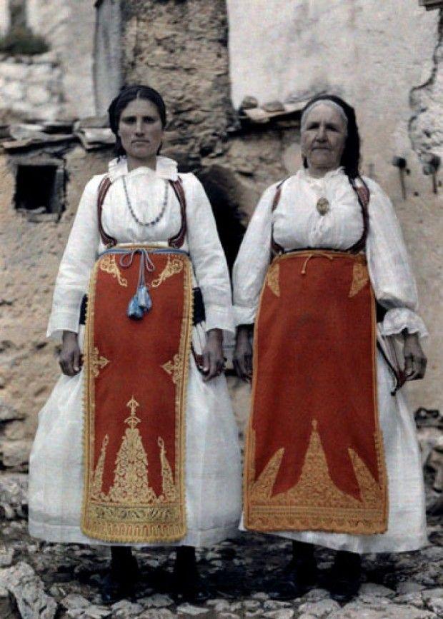 Αγρότισσες, Δελφικές Εορτές. National Geographic's Greece in Color from the 1920s Photographer: Maynard Owen Williams in the 1920s