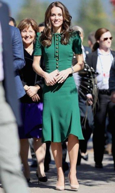 """Apesar de muitas vezes vestir marcas de preços """"em conta"""", a duquesa também aposta em designers consagrados (e caros) em determinadas ocasiões. Em visita à universidade de Kelowa, a escolha foi um Dolce & Gabbana que, na Inglaterra, custa cerca de R$ 9 mil Chris Jackson / AFP"""
