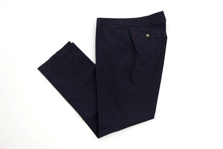 Wizytowe spodnie Hattric w kolorze ciemnego granatu. Dla Panów o dużych rozmiarach. Dostępna rozmiarówka: 3XL, 4XL, 5XL, 6XL, 7XL, 8XL. Skład: 98% bawełna 2% elastan.