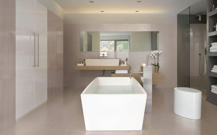 Un bagno nelle gradazioni di colore beige, tortora e bianco ;a - led leisten küche