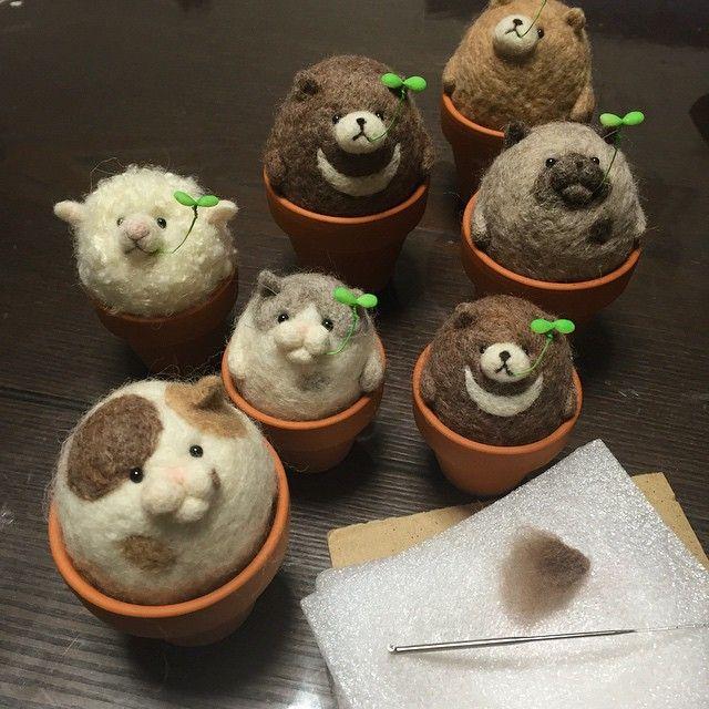 せっせとにょっきん産み出し中。。 オーダー分と、明日の納品分。 あともう少し… 頑張れ自分! #羊毛フェルト#ハンドメイド #needlefelt#handmade#にょっきん#コロコロ#癒し#動物#猫#クマ#羊