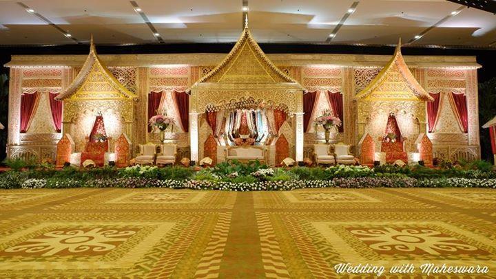 Beberapa pernikahan adat di Indonesia mendesain backdrop dan pelaminan sesuai adat budaya nya. Seperti pelaminan pernikahan adat Minangkabau Sumatra Barat ini.
