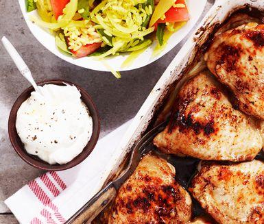 Ugnsstekta kycklinglår och gult ris med smak av citron är enkelt att laga men känns tillagat med omtanke när det serveras.