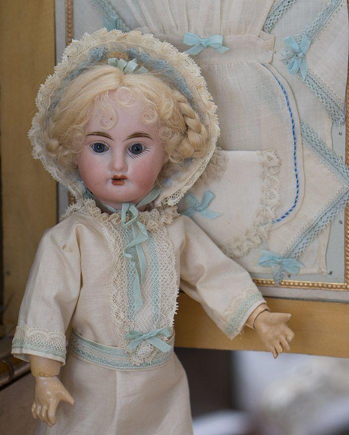 Французский шкаф с куклой и бельем, оригинальный комплект, 1890е годы - на сайте антикварных кукол.