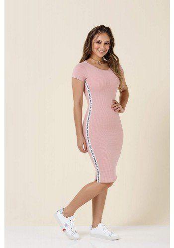 654a33c69f6 modelo cabelo castanho vestido rosa detalhe escrito lateral tatamartello