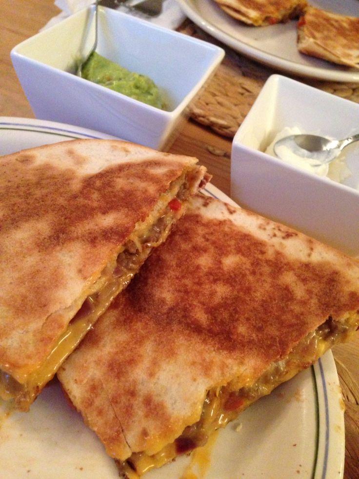 Quesedilla met gehakt, ui, paprika, tomaat, cheddar kaas, peper/zout/knoflookpoeder/paprikapoeder, guacamole en creme fraich
