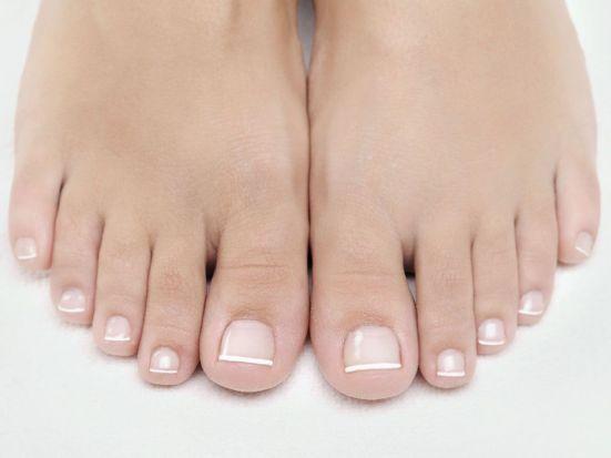 Tipps für die perfekte Pediküre: Versteckte Füße und Fußnägel gehören der Vergangenheit an - holen Sie Ihre Füße raus! Ohne sie läuft nichts, aber bei der Pflege kommen Füße oft zu kurz. Höchste Zeit, das zu ändern. Mit diesen Tipps und Tricks lernen Sie, wie Sie Ihre Füße richtig pflegen können.