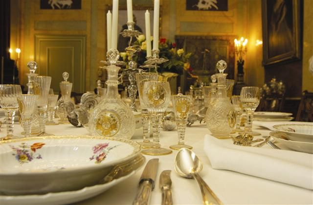 Het servies van de keizer in de eetkamer van Huis Doorn.