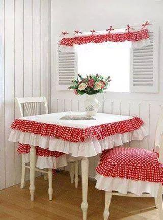 Precioso set de mantel, cubre sillas y cortina, con volados para la cocina