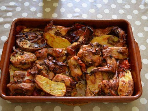 poivre, feuille de laurier, thym, lapin, huile, pomme de terre, tomate, vin blanc sec, oignon, ail, sel, lardons