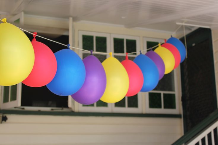 Wiggly coloured balloons strung together with wool and a needle! #thewiggles #wigglyparty