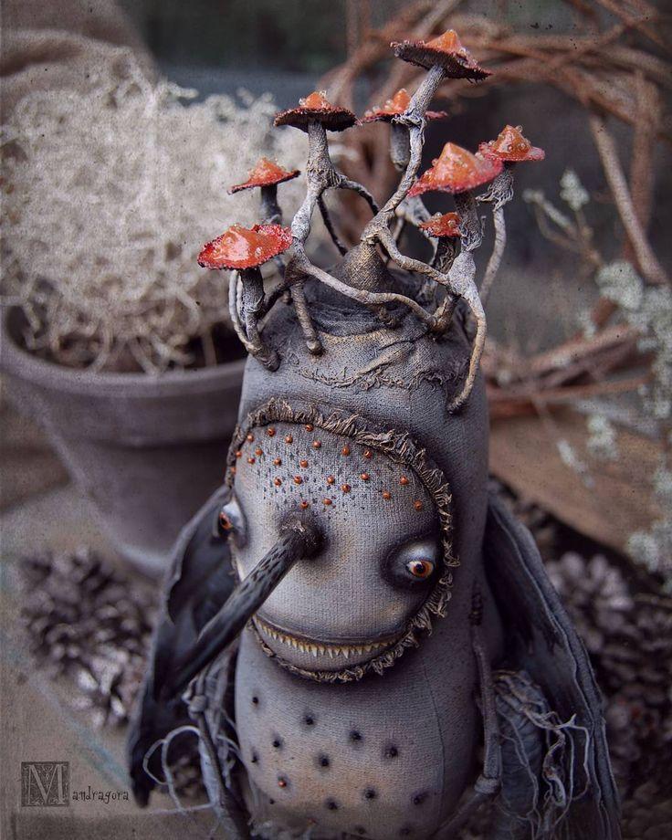 Дневной свет раскрывает оттенки и детали .  #мандрагоринычудовища #мандрагоринотворчество #птица #сильваавем #серый #антрацитовый #крылатая #существа #mandragora_root #creature #bird #artdoll #forexebition