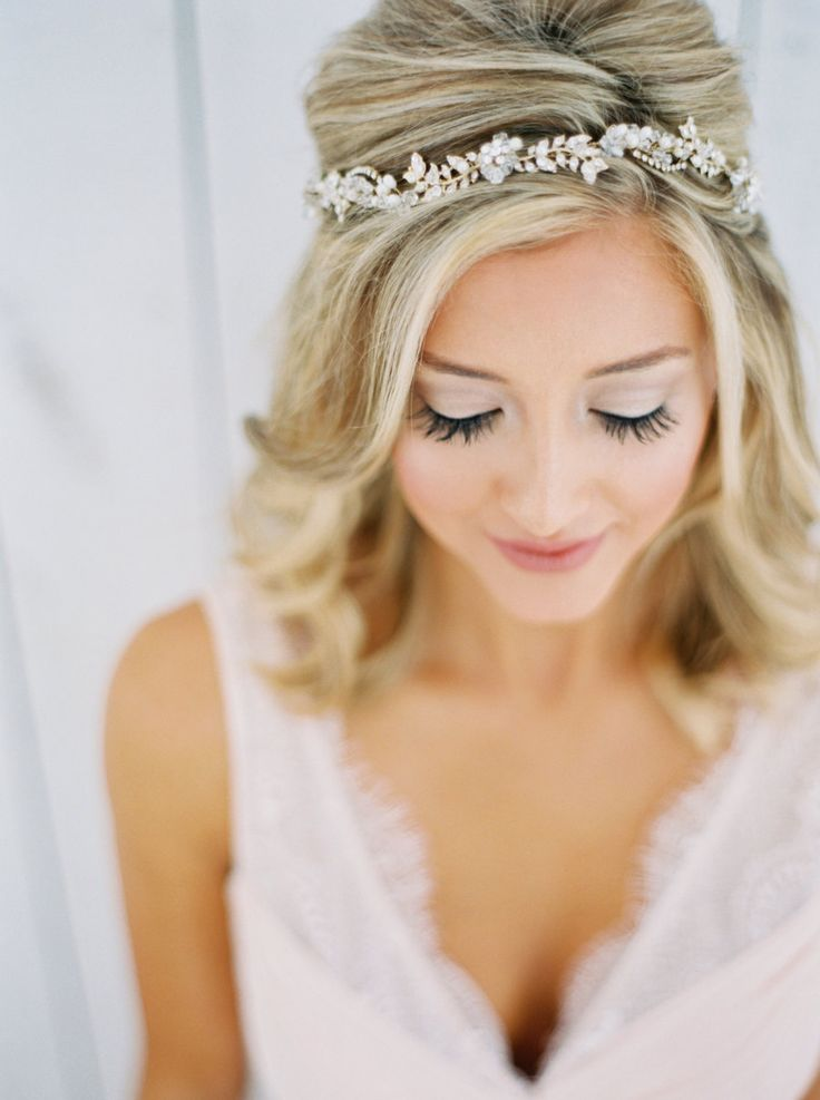 Gorgeous bridal beauty look: Photography : Jessica Gold Photography - http://www.jessicagoldphotography.com/  Read More on SMP: http://www.stylemepretty.com/texas-weddings/quinlan-texas/2016/01/07/ethereal-elegant-wedding-inspiration-at-the-white-sparrow-barn/
