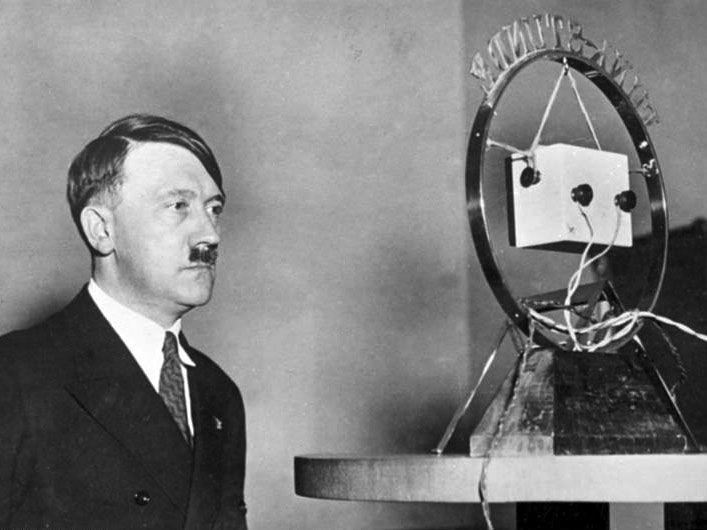 Bundesarchiv Bild 183-1987-0703-506, Adolf Hitler vor Rundfunk-Mikrofon…