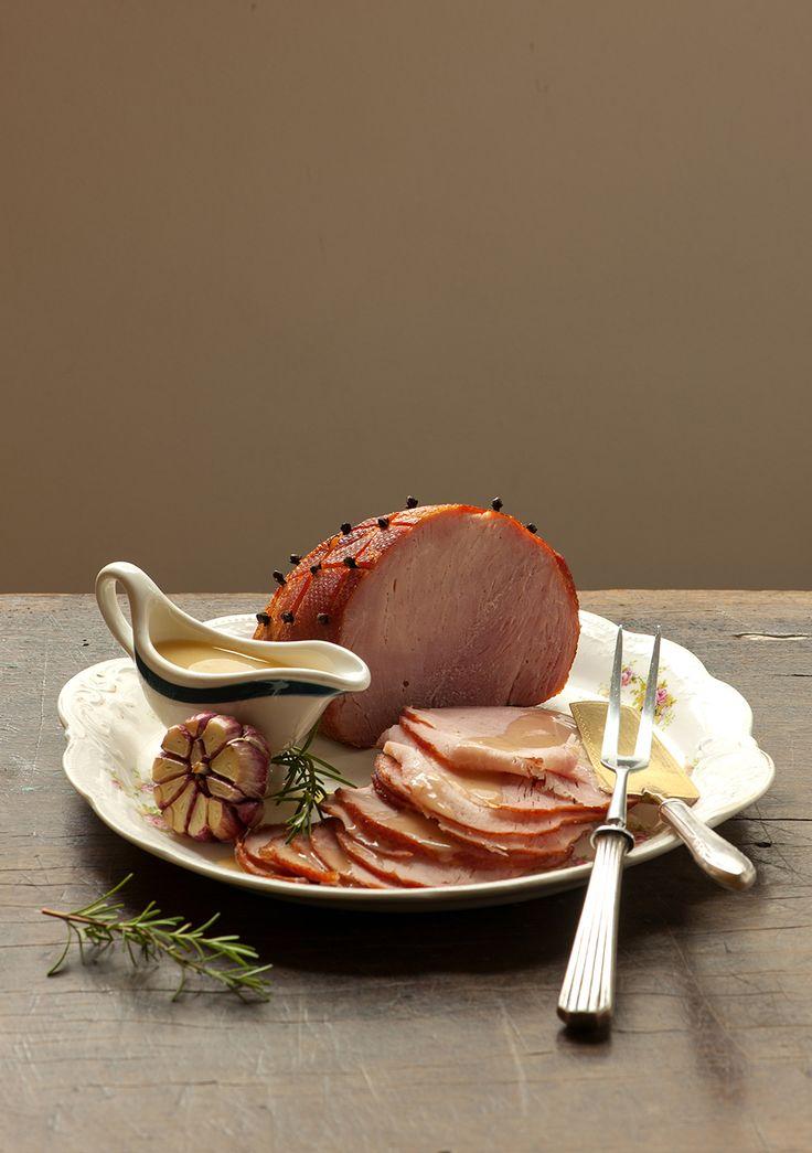 Tender com molho de abacaxi | Receita Panelinha - Macio e suculento, o tender é hors concours na ceia de Natal. Servido com um molhinho de abacaxi, é ainda mais delicioso — a fruta faz um casamento perfeito de sabores com a carne de porco.