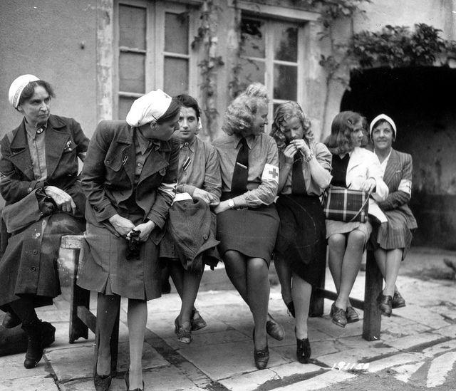 Le 2 juillet 1944 à Balleroy, restitution de prisonnières allemandes venant de Cherbourg. Ces prisonnières sont présentées comme étant des i...