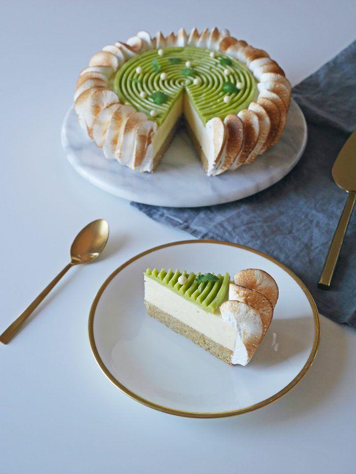 En magiskt tårta med mazarinbotten, limecurdmousse, en kräm av vit choklad och citronmeliss och till slut italiensk maräng runt hela härligheten.