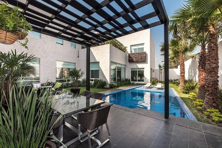 Piscina en jardín con palmeras