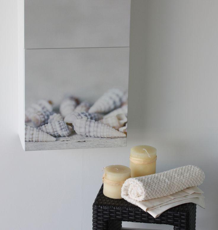 Particolare dell'anta decorata su piccolo pensile a tre ante. Soggetto CONCHIGLIE realizzato in stampa digitale su anta laccata opaca. Misure mobile 40x120.