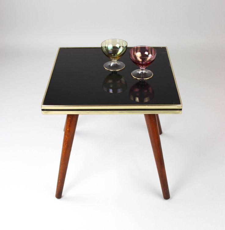 Bloem ontlasting | Bloem tabel | Mozaïek tafel Rockabilly | Kruk | Bloem Bank | Halverwege de eeuw tabel | Bloem Bank  Prachtige Sidetable / bloem tabel uit de jaren 50. De stijl van de nier-vormige tabel-tijdperk. De tabel heeft een plaat van glas met een mooie metalen rand en 4 benen in hout. De poten zijn losgeschroefd.  Een mooi object als bijzettafel, nachtkastje of salontafel kan worden gebruikt.  Goede Vintagezustand met leeftijdsgebonden slijtage. Het tafelblad heeft enkele licht...