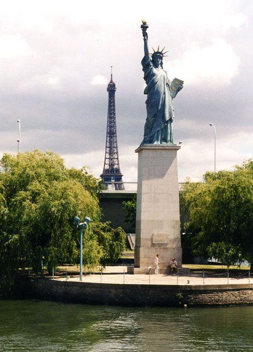 """la """"mini"""" statue de la liberté à Paris"""