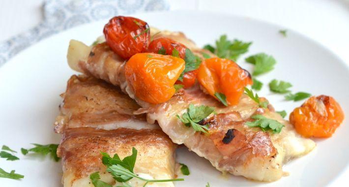 Kabeljauw met pancetta  Ingrediënten voor 4 personen 4 kabeljauw filets 12 plakjes Pancetta Handje cherry tomaten 1 teen knoflook Peper en Zout Olijfolie  Zo maak je het Verwarm de oven voor op 200 graden.  Leg 3 plakjes Pancetta naast elkaar en zorg dat ze elkaar een beetje overlappen.  Leg de kabeljauw filets op de vis en breng dit op smaak met peper en een klein beetje zout.  Vouw de Pancetta over de vis en draai de filets om.  Leg de vis in een ingevette ovenschaal en verdeel de…