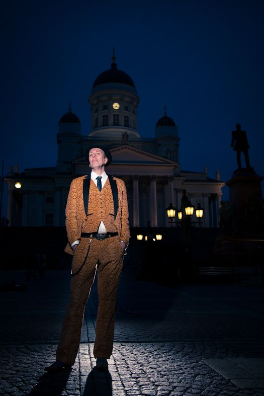 The gentlemen come out at night. Frank D at the senate square. Photo Jirina Alanko