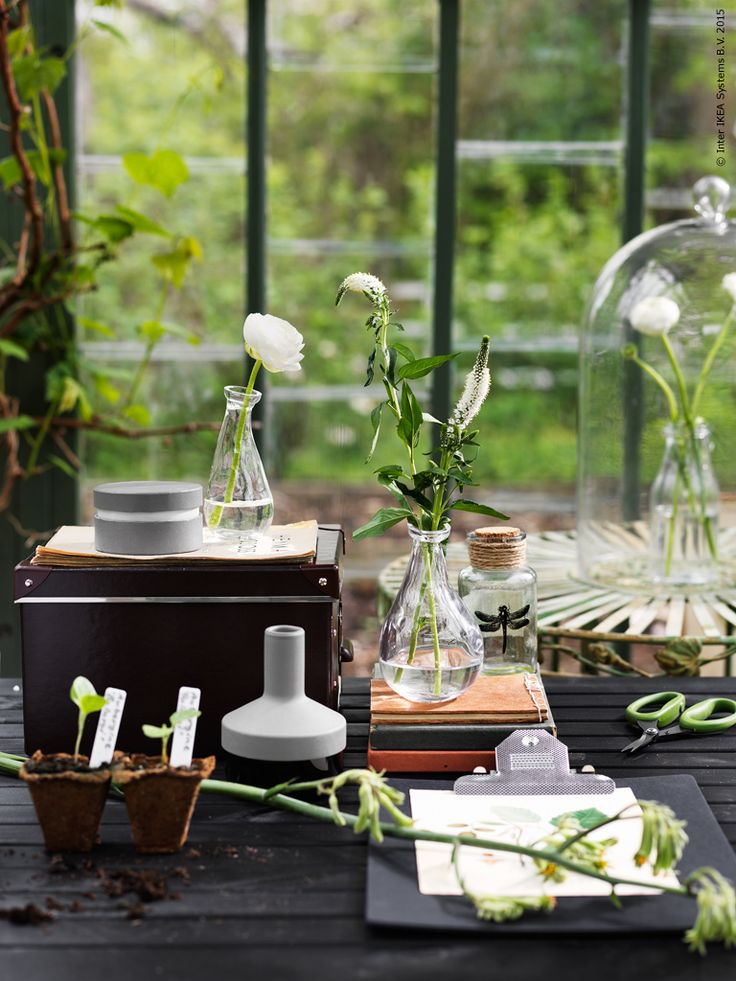 I det frodiga växthuset bland blommor och blad går tiden lite långsammare. Kring ÄNGSÖ trädgårdsbord kan man botanisera bland växtrikets mångfald eller bara njuta en rofylld stund i grönt sällskap.