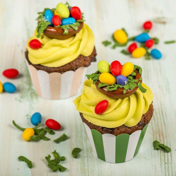 Pentru Sfanta Sarbatoare de Paste noi am pregatit cateva modele de cupcake-uri personalizate, pe care le-am decorat cu cosulete in miniatura in care asezam oua colorate. Un cadou deosebit pentru cei dragi.  Pret: 22 lei/ 2 buc.