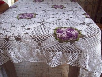 toalha de mesa de croche com flores roxas